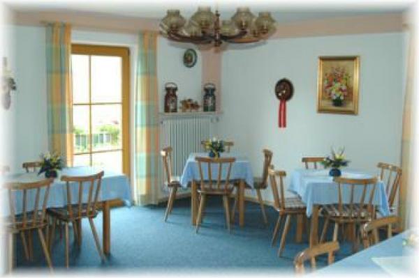 Der gemütliche Frühstücksraum mit Blick auf den See