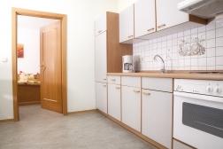 Voll ausgestattete Küchenzeile mit 4-Platten-Herd und Backrohr