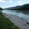 Der Donauradweg führt direkt am Ufer entlang. Der Kiesstrand der Donau lädt viele zur Abkühlung und Rast ein.