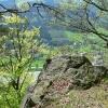 Schroffe Felsen über steilen Hängen
