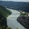 Die Donau im Natuschutzgebiet Donauleite. Rechts der österreichische Ort Engelhartszell mit dem Kloster Engelszell.